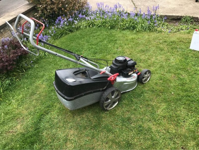 Comparing petrol lawnmowers and electric lawnmowers with cordless options for different lawn sizes