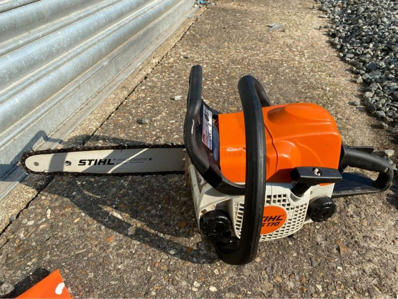 Comparing petrol chainsaws with cordless chainsaws and electric chainsaws for log cutting